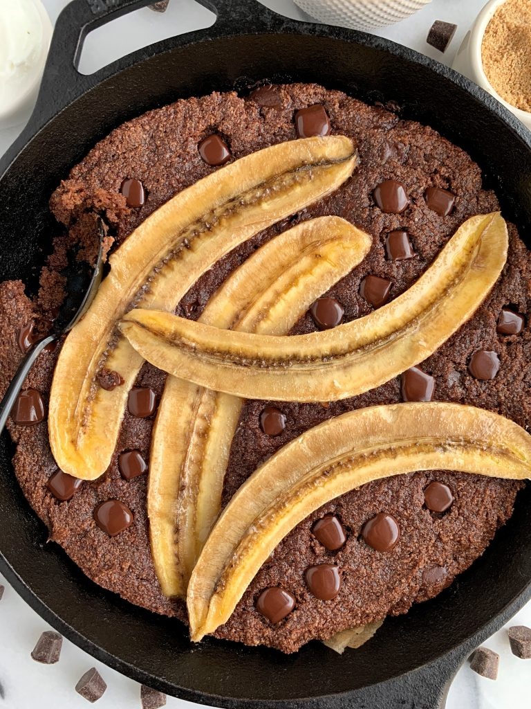 Healthy Blackout Banana Bread Skillet made with all vegan and paleo ingredients like almond flour, coconut sugar and coconut oil. Such a delicious and healthy banana bread dessert recipe.
