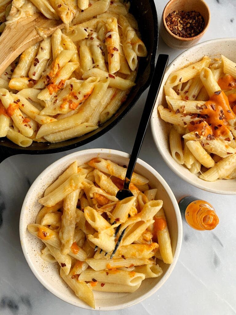 Gluten-free Buffalo Mac and Cheese made with only 6 ingredients for an easy and healthier spin on mac and cheese. Oh and a little kick thanks to buffalo sauce - so delicious and tasty!