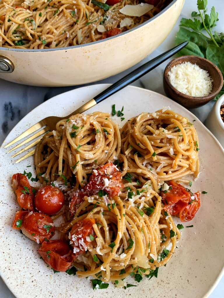 The Easiest One Pot Pasta Recipe to make. This is seriously fool proof guys! One of the best ever simple and healthy weeknight dinner recipes that cooks in just one pot aka no mess!